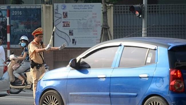 Ô tô vượt đèn đỏ bị xử phạt bao nhiêu tiền