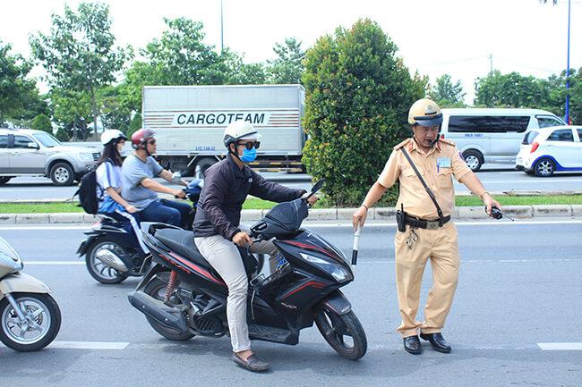 Cảnh sát giao thông được phép dừng xe người đi đường trong những trường hợp nào