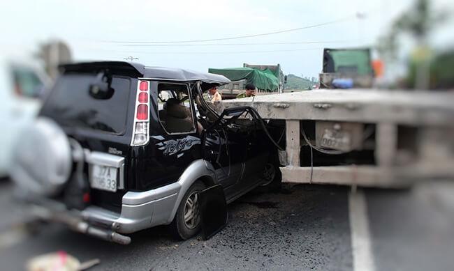 Hai ô tô đi cùng chiều đâm vào nhau, xe nào phải đền bù thiệt hại?