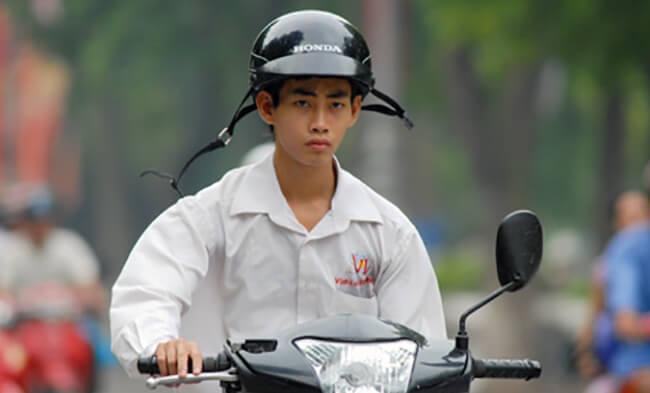 Đội mũ bảo hiểm không cài quai bị phạt bao tiền?
