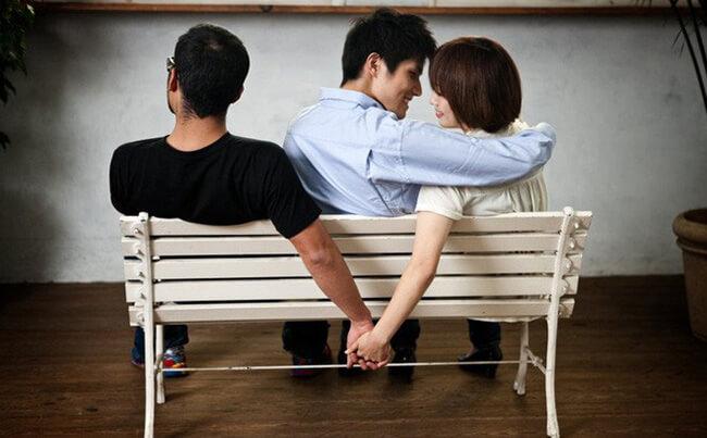 Đang ly thân yêu người khác có bị phạt không?