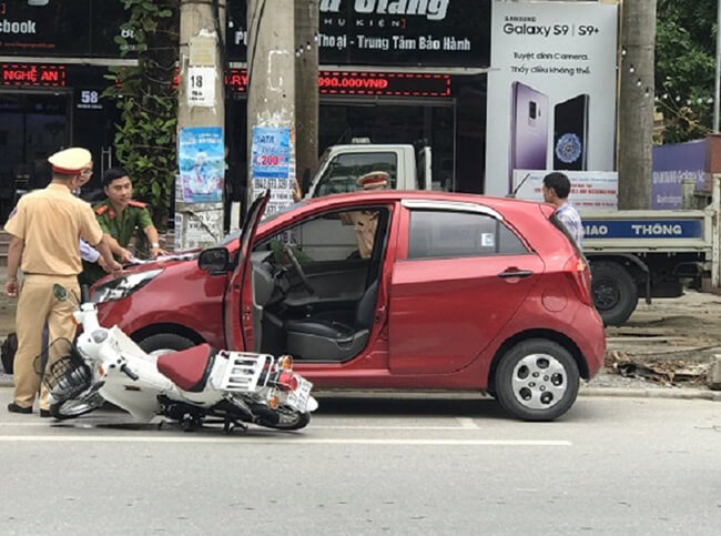 Mở cửa ô tô gây tai nạn bị xử lý như thế nào?