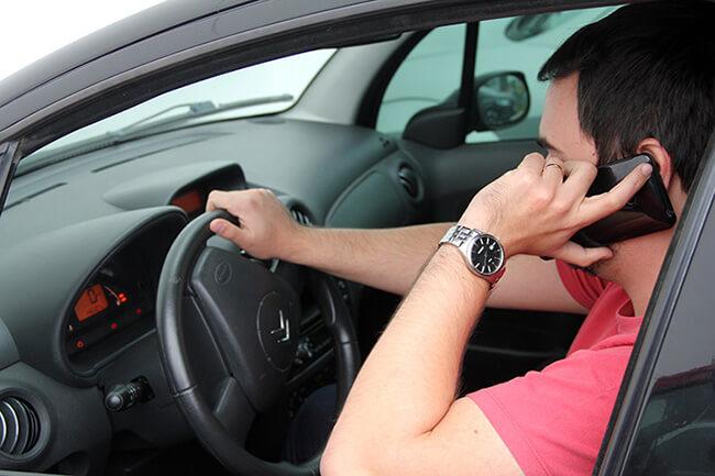 Sử dụng điện thoại khi lái xe ô tô bị phạt nặng